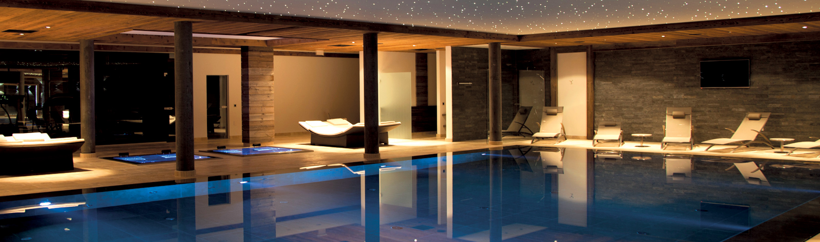 construction d 39 une piscine d bordement sur mesure et installation spa jacuzzi de luxe. Black Bedroom Furniture Sets. Home Design Ideas